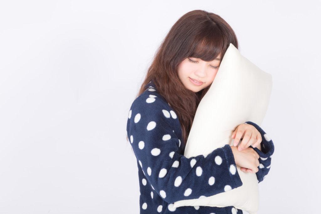 枕を抱える女性