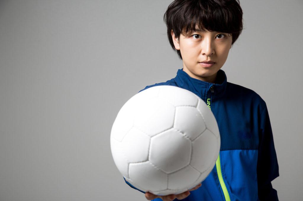 サッカーをする女性