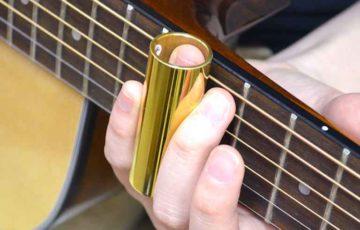スライドギターを弾く人