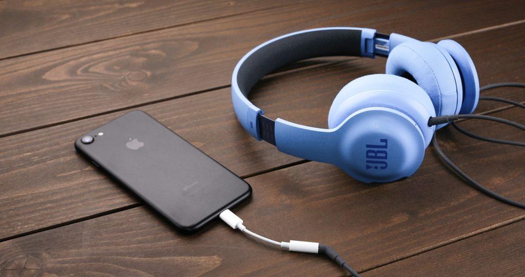 iPhoneとヘッドフォンの画像