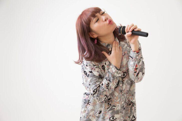 カラオケで気持ちよさそうに歌う女子大生